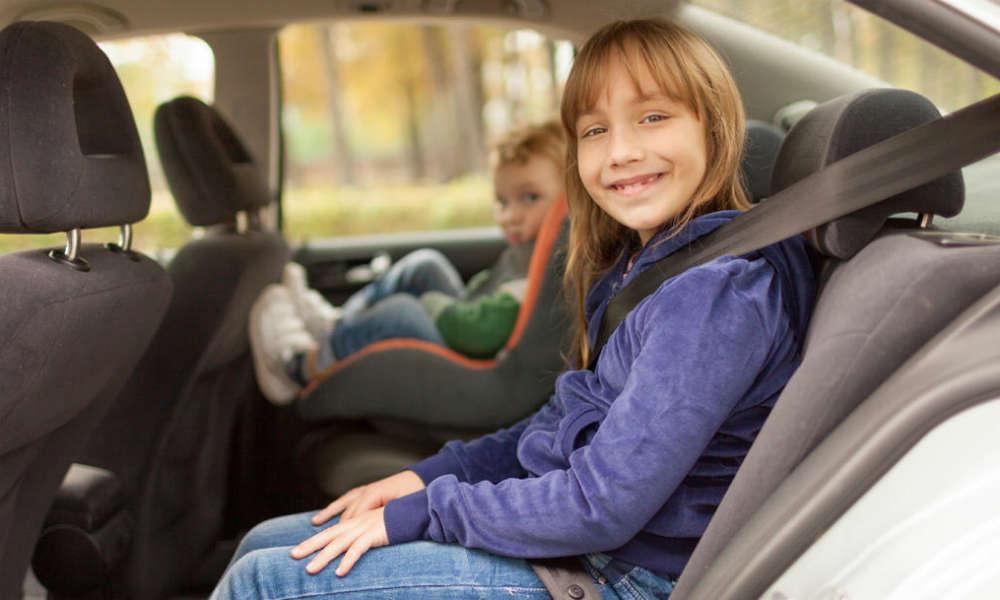 Dzieci w fotelikach samochodowych. Fot. NTSB/CC0