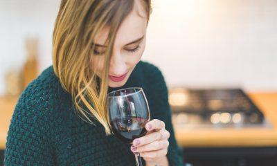 Kobieta pijąca wino. Fot. CC0