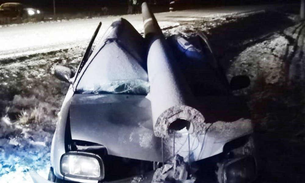 Betonowy słup po wypadku spadł na auto dokładnie między głowy kierowcy i pasażerki. Nic im się nie stało. Fot. Policja