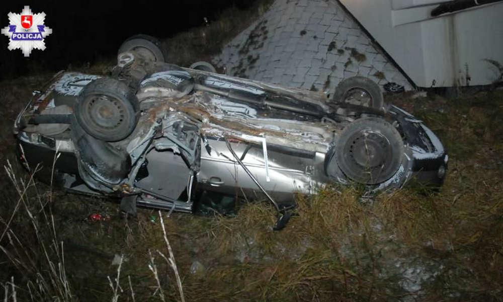 Ford spadł z mostu w miejscowości Koszarsko. Po wypadki kierowca uciekł. Fot. Policja