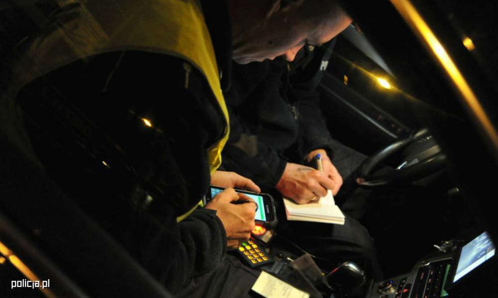 Policjanci wypisujący mandat. Zdjęcie ilustracyjne. Fot. Policja