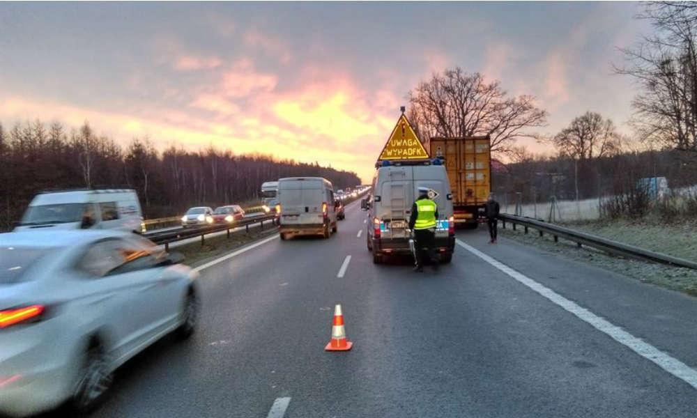 Kierowca ciężarówki zmieniający koło na obwodnicy Trójmiasta został potrącony przez omijające go auto. Fot. Policja