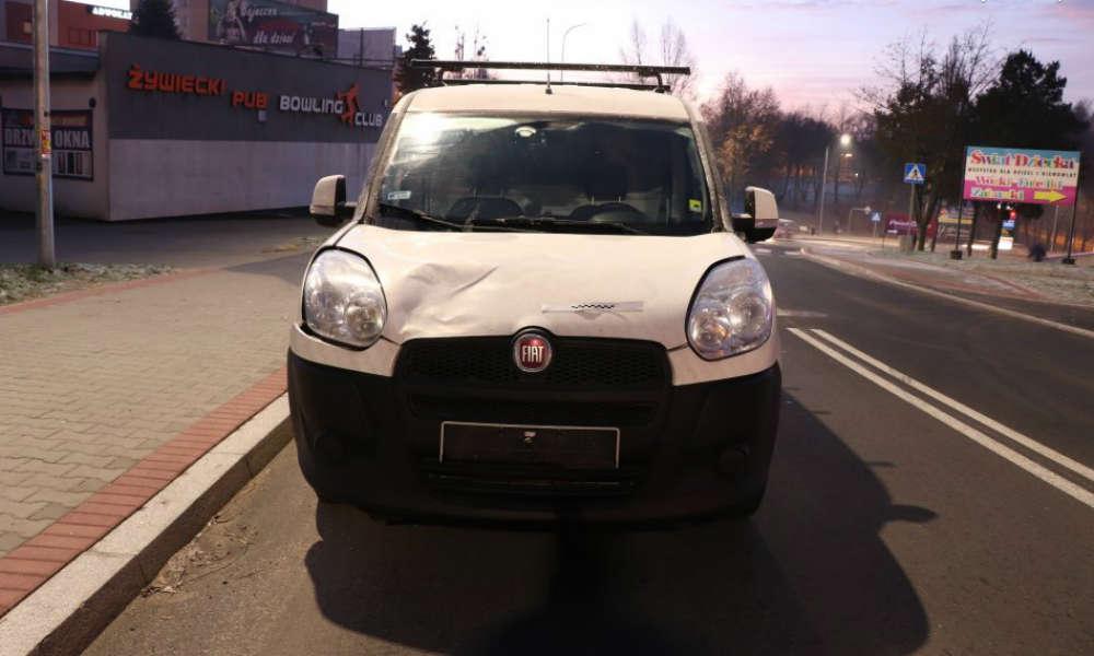 Kierowca w Jastrzębiu-Zdroju potrącił kobietę na pasach, bo podczas jazdy czyścił oszronioną szybę. Fot. Policja