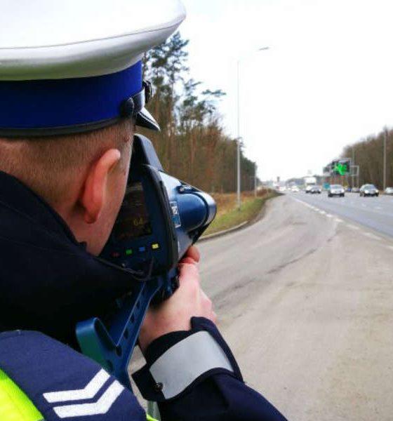 Policjant mierzący radarem prędkość samochodów. Źródło: Zachodniopomorska Policja