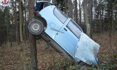 Starsza pani wpadła seicento do lasu w miejscowości Hutki. Fot. Policja