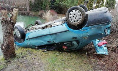 Niedaleko Grudziądza kierowca dachował i jego auto zatrzymało się tuż przy krawędzi stawu Fot. Policja
