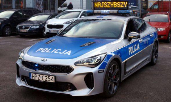 """W warszawskiej policyjnej grupie """"SPEED"""" oprócz nieoznakowanych radiowozów jeździ też KIA Stinger GT. Fot. Policja"""