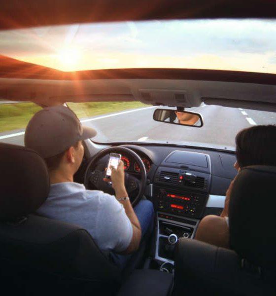 Rozpraszanie uwagi telefonami i smartfonami znacznie zwiększa ryzyko wypadku. Fot. CC0