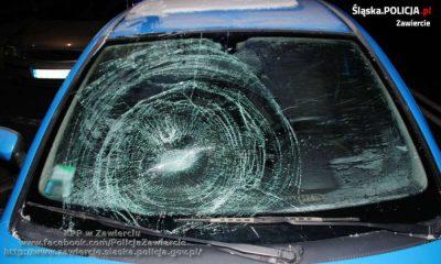 Kierowca nie wyczyścił szyb z lodu i potrącił 69-letnią pieszą na przejściu w Zawierciu. Fot. Policja