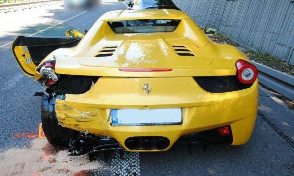 Ferrari z Polski rozbite w wypadku, do którego doszło 30 września 2018 r. w Dolnym Kubinie na Słowacji. Fot. mat. policji