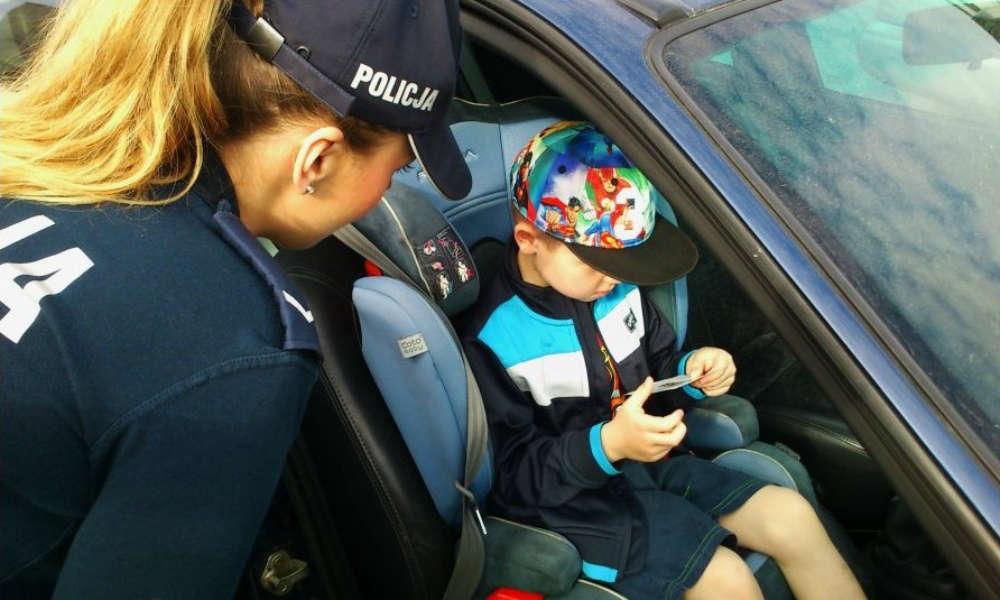 Dziecko w foteliku samochodowym Fot. Policja