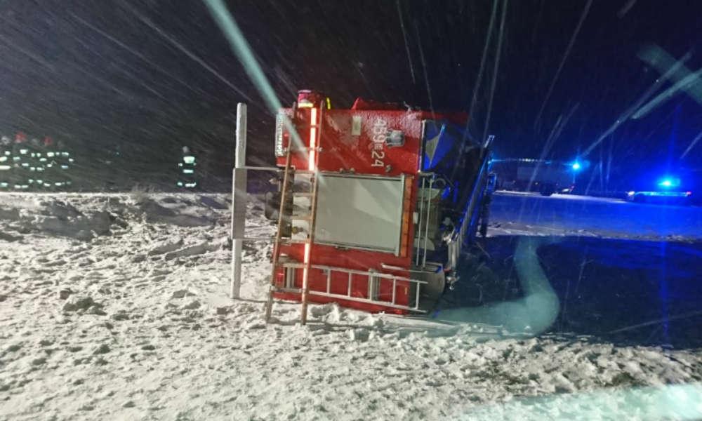 Strażacy z OSP Jaświły jechali do kolizji i sami mieli wypadek. 22-letni strażak wpadł w poślizg wozem strażackim Fot. Policja
