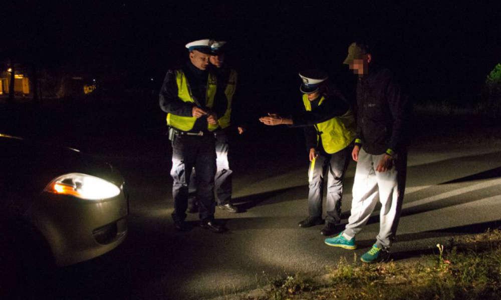 Policjanci podczas kontroli pieszych często wręczają im elementy odblaskowe. Fot. Policja