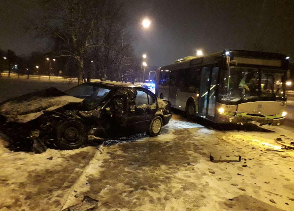 """22-latek """"driftował"""" BMW po ulicach Olsztyna i uderzył w miejski autobus. Fot. Policja"""