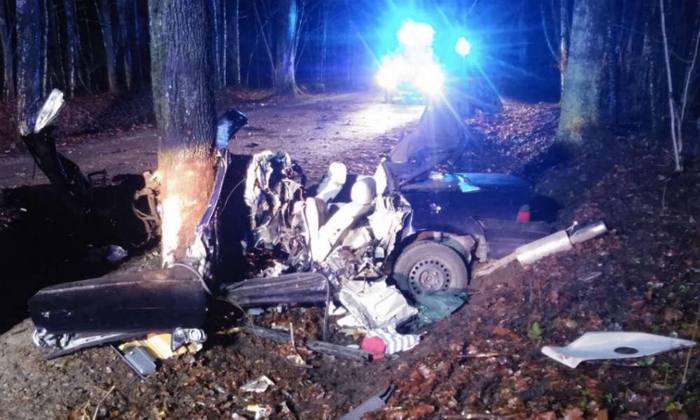 22-letni kierowca zginął w sylwestra rozbijając się BMW na drzewie pod Olsztynem. Fot. Policja