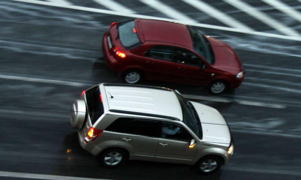 Samochody na drodze, wyprzedzanie. Fot. torange.biz/CC BY 4.0