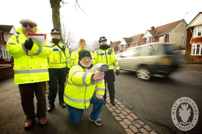 Wolontariusze kontrolują prędkość na ulicach hrabstwa West Midlands w Wielkiej Brytanii. Fot. West Midlands Police/Flickr/CC BY-SA 2.0