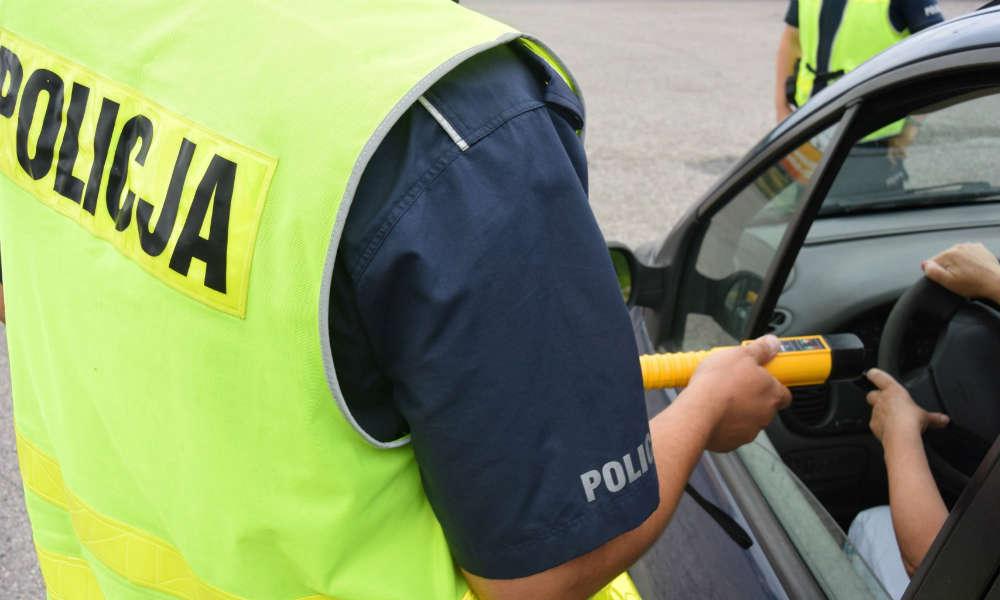 Badanie alkomatem podczas policyjnej kontroli. Fot. Policja