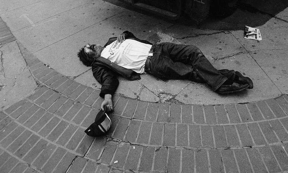 Mężczyzna leżący na ulicy. Fot. Ivaan Kotulsky/CC BY 2.0