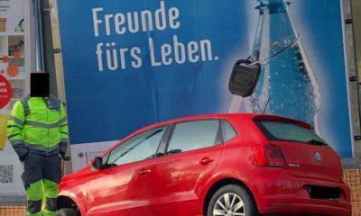 Pijana wjechała w billboard promujący trzeźwość na drodze. Fot. Kreispolizeibehörde Hochsauerlandkreis