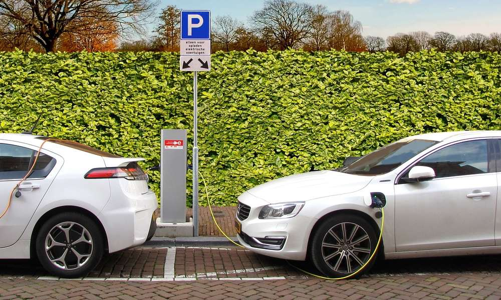Ładowanie elektrycznych samochodów. Fot. CC0