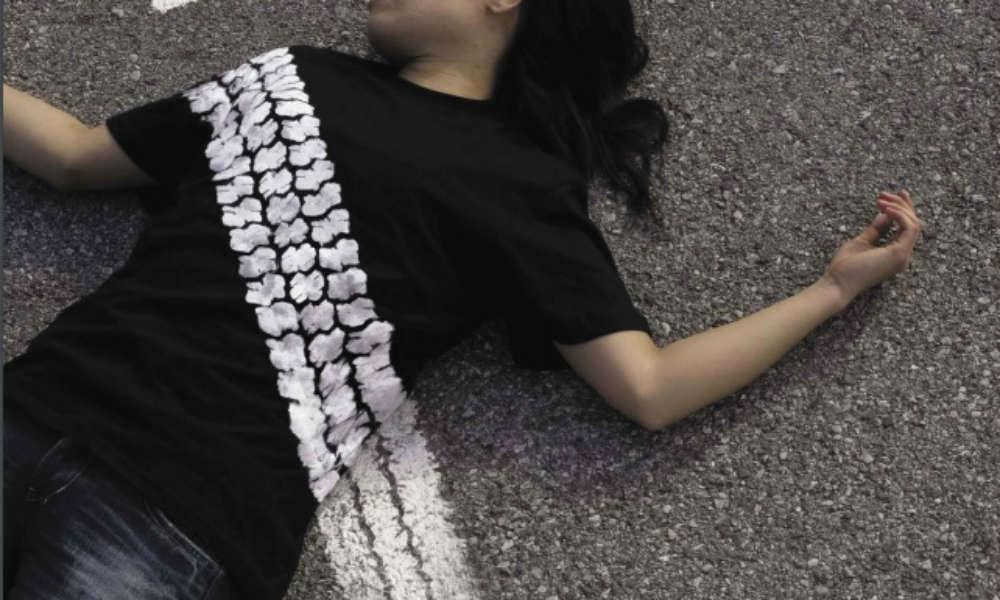 Pieszy potrącony przez samochód. Fragment plakatu z kampanii WHO