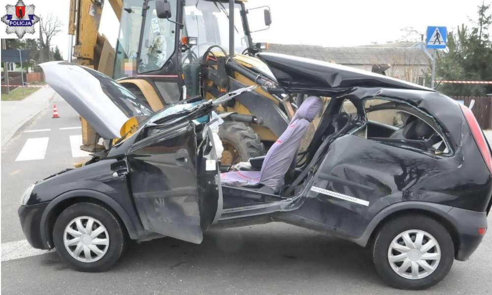 Kierująca oplem corsą wjechała w stalowy hol między ciągnikiem rolniczym a koparko-ładowarką. Jest w ciężkim stanie Fot. Policja