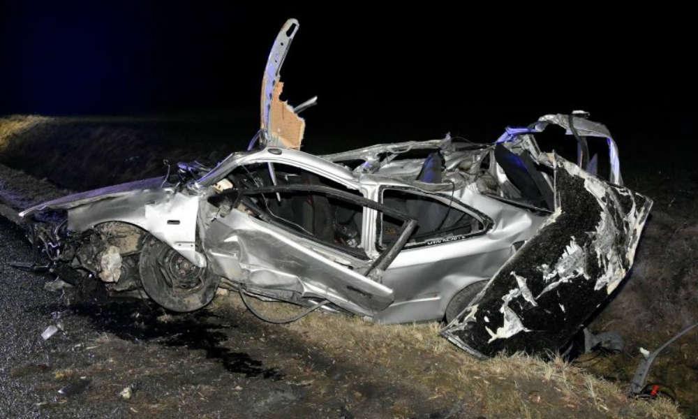Honda civic po uderzeniu w betonowy przepust wzbiła się w powietrze. Fot. Policja