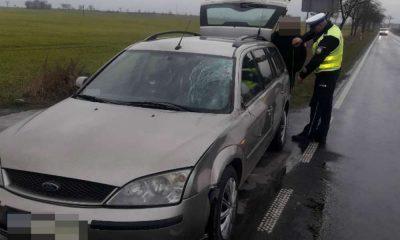 Kierowca potrącił pieszego ubranego w kamizelkę odblaskową i idącego właściwą stroną drogi Fot. Policja