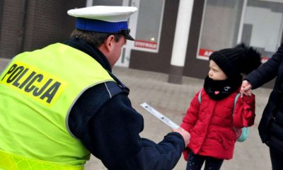 Policjant rozdający odblaski Fot. KGP