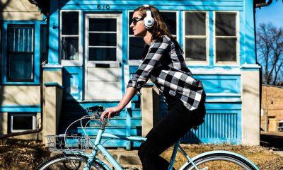Rowerzystka ze słuchawkami na uszach. Fot. CC0