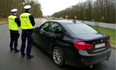Policjanci ze Szczecina przy nieoznakowanym radiowozie BMW Fot. Policja