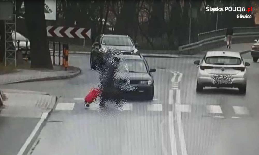 Gliwice - 73-latka na przejściu dla pieszych doszła już do połowy pasa zanim potrącił ją kierowca volkswagena. Fot. Policja