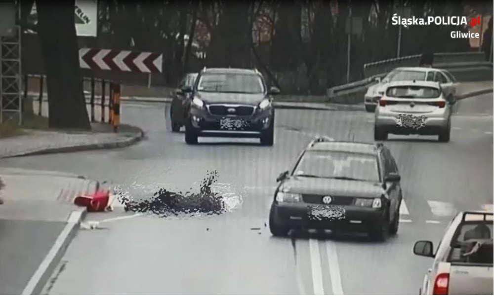 Moment tuż po potrąceniu pieszej, który zarejestrowały kamery monitoringu. Fot. Policja