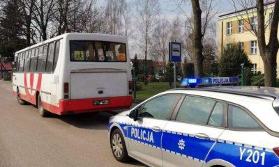 80-letni kierowca gimbusa w Płocku miał nieważne uprawnienia do kierowania. Autokar miał zepsute hamulce. Fot. Policja