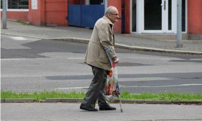 Starszy pieszy idący o kulach Fot. CC0