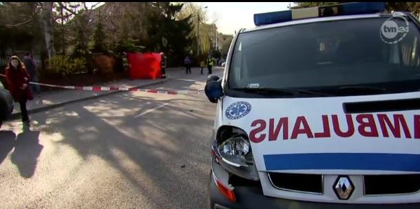 Kierowca karetki omijał pojazd przepuszczający dziecko na przejściu dla pieszych w Pruszkowie. Śmiertelnie potrącił 9-latkę. Źródło: TVN Warszawa