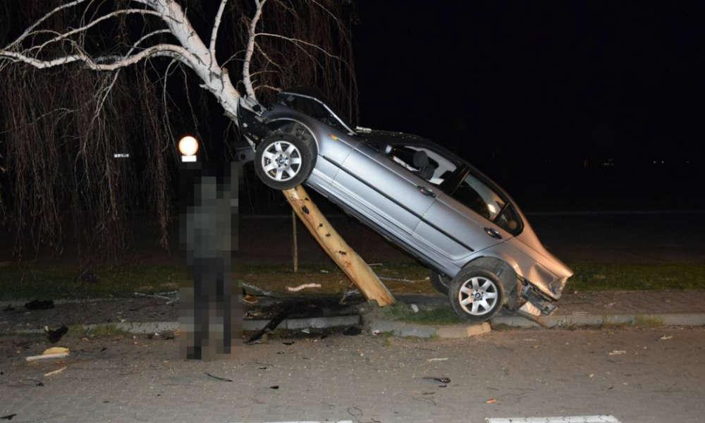 W Janowie Lubelskim kierowca BMW wjechał w drzewo. Fot. Policja