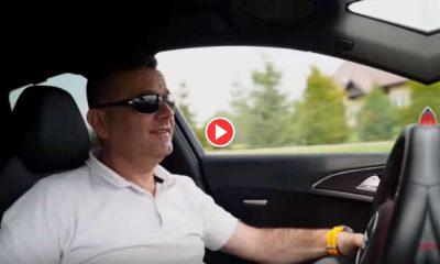 Kadr ze spoty wyborczego Marcina Walaska, na którym widać, jak prowadzi samochód bez zapiętych pasów bezpieczeństwa Źródło: YouTube