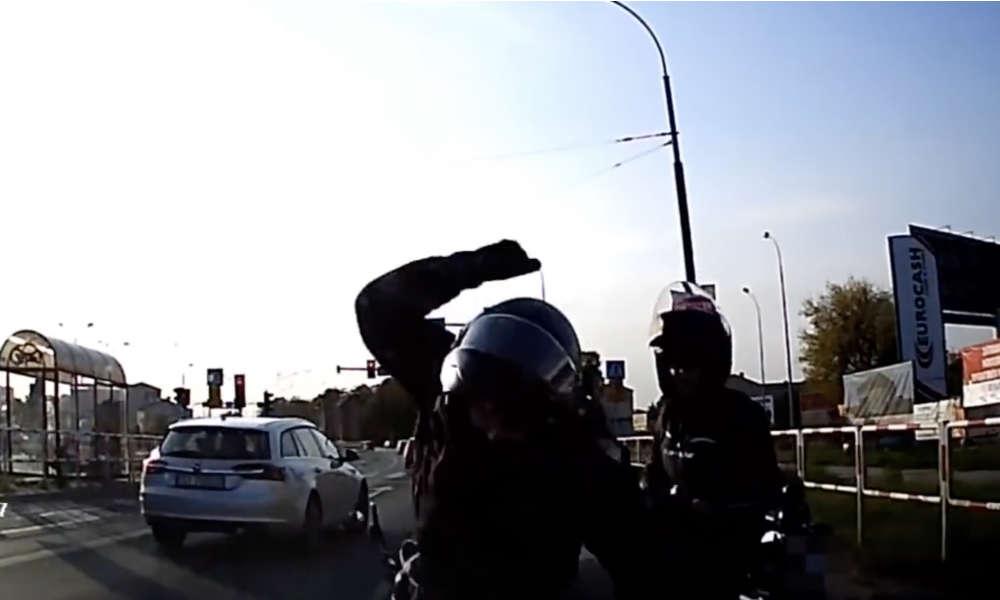 Polska policja odbiera coraz więcej zgłoszeń o agresji drogowej. Źródło: YouTube
