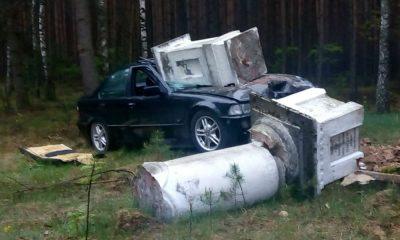 Kierowca BMW cudem wyszedł bez szwanku po uderzeniu w przydrożną kapliczkę w Studziannej. Fot. Policja