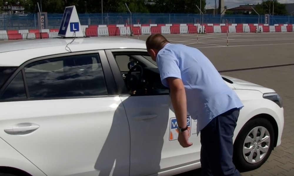 Plac manewrowy do przeprowadzania egzaminu na prawo jazdy Źródło: YouTube/WORD Warszawa