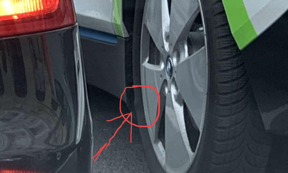 Zniszczona opona w samochodzie innogy go! Fot. nadesłane