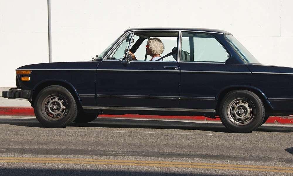 Starsza pani za kierownicą. Fot. CC0