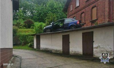 Uciekający przed policją w Wałbrzychu utknął na dachu budynku gospodarczego. Fot. Policja