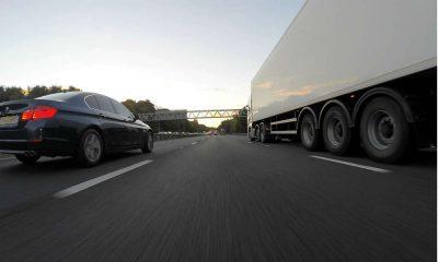 Samochody jadące po drodze. Fot. MikesPhotos/Pixabay.com