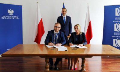 Umowę z przedstawicielką firmy Usability Lab podpisał sekretarz Krajowej Rady BRD Konrad Romik. Na uroczystości obecny był wiceminister infrastruktury Rafał Weber Fot. MI