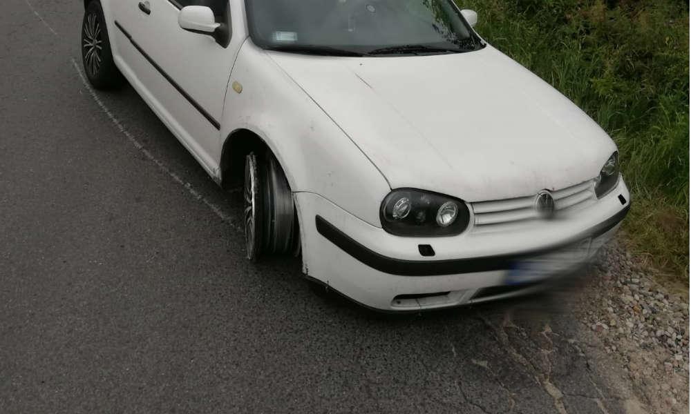 Volkswagen golf bez opon z przodu został odstawiony na policyjny parking Fot. Policja