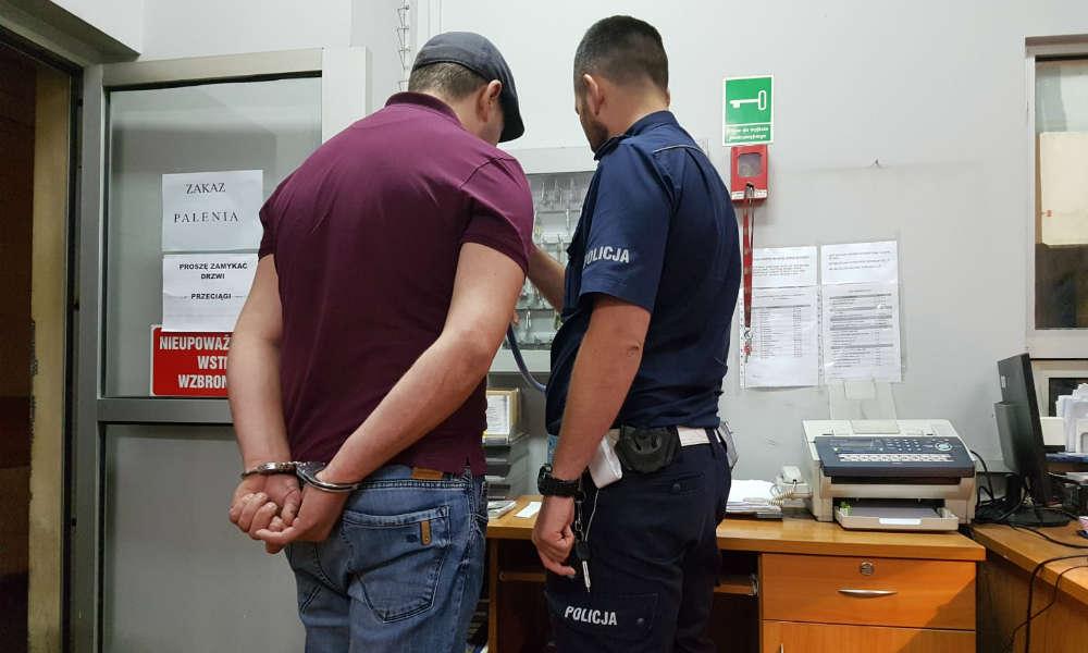 Był nietrzeźwy, jechał bez prawa jazdy i rzucił niedopałkiem papierosa w radiowóz w Łodzi Fot. Policja