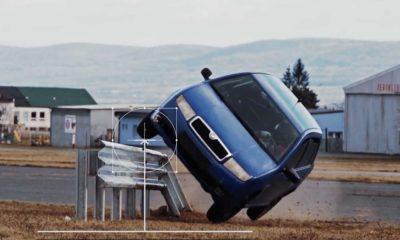 Test zakończenia bariery sprowadzanej do gruntu zakończył się dachowaniem samochodu po najechaniu na barierę. Źródło: Saferoad